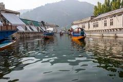 Casas flotantes en el lago Dal, Srinagar Imagenes de archivo