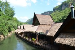 Casas flotantes en el río Kwai Imagen de archivo libre de regalías