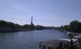 Casas flotantes en el Sena delante de la torre Eiffel Imagen de archivo