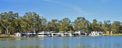 Casas flotantes en Murray River, Australia Foto de archivo libre de regalías