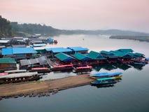 Casas flotantes en Sangkhlaburi, Tailandia Foto de archivo libre de regalías