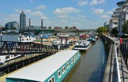Casas flotantes flotantes de la ciudad Imagen de archivo libre de regalías
