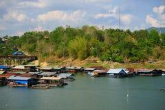 Casas flotantes, wangka, aldea de la minoría de lunes imagen de archivo