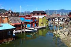 Casas flutuantes coloridas na baía de Cowichan, ilha de Vancôver imagem de stock royalty free