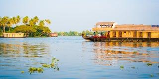 Casas flutuantes nas marés de Kerala, Índia Fotografia de Stock