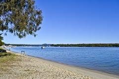 Casas flutuantes no rio de Noosa, costa da luz do sol de Noosa, Queensland, Austrália imagens de stock