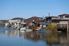 Casas flutuantes velhas em um dia de verão ensolarado com céu azul Imagens de Stock Royalty Free