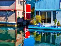 Casas flutuantes vermelhas de flutuação Victoria Canada de Brown azul da vila home Imagens de Stock Royalty Free