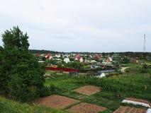 Casas fora da cidade no campo Natureza e vida bonitas na vila Detalhes e close-up foto de stock