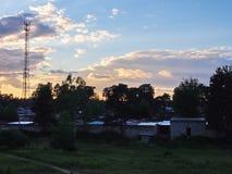 Casas fora da cidade no campo Natureza e vida bonitas na vila Detalhes e close-up imagem de stock