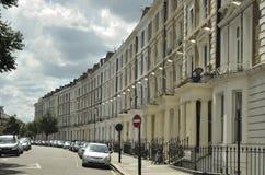 Casas georgianas del frente del estuco en Londres Foto de archivo libre de regalías