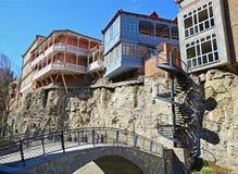 Casas georgianas tradicionales en la roca sobre la fuente del azufre en el área de Abanotubani Ciudad vieja, Tbilisi, Imágenes de archivo libres de regalías