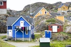 Casas Greenlandic entre rochas, Sisimiut fotos de stock