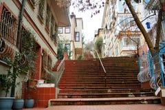 casas grises amarillas azulverdes rojas en ciudad de la escalera de Estambul Foto de archivo