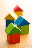 Casas hechas de bloques de madera del juguete Imagen de archivo