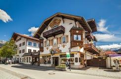 Casas hermosas en Garmisch-Partenkirchen en Alemania Fotos de archivo
