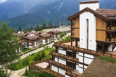 Casas hermosas entre las montañas Fotos de archivo libres de regalías