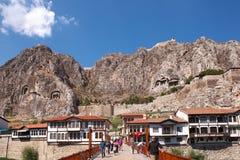 Casas históricas de Amasya y tumbas de piedra de los reyes Foto de archivo libre de regalías