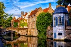 Casas históricas do tijolo na cidade velha medieval de Bruges, Bélgica foto de stock