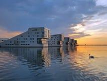 Casas holandesas ao longo do Gooimeer Países Baixos no por do sol fotos de stock royalty free