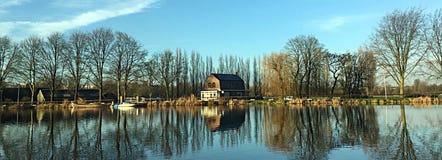 Casas holandesas por el río en otoño imágenes de archivo libres de regalías