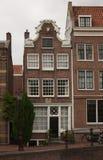 Casas holandesas típicas en el centro de Amsterdam Imágenes de archivo libres de regalías