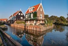 Casas holandesas típicas no pescador Village Marken fotografia de stock royalty free