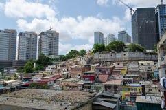Casas ilegales coloridas de los habitantes pobres Luandas imagen de archivo