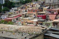 Casas ilegales coloridas de los habitantes pobres Luandas foto de archivo