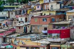 Casas ilegales coloridas de los habitantes pobres Luandas foto de archivo libre de regalías