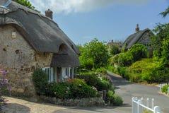 Casas inglesas tradicionales del vilage con el tejado cubierto con paja imagen de archivo