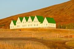 Casas islandêsas modernas perto de Laugavartn fotografia de stock
