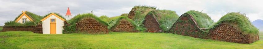 Casas islandesas del césped Imágenes de archivo libres de regalías