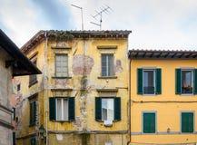 Casas italianas viejas con las ventanas del obturador Fotos de archivo libres de regalías