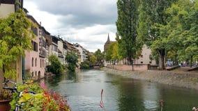 Casas a lo largo del río enfermo en Estrasburgo, cuarto de Petite France en un día soleado fotografía de archivo
