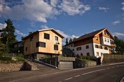 Casas locales en Castelrotto, Italia Imagen de archivo libre de regalías