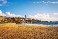 Casas luxuosas acima de Corona Del Mar State Beach n Califórnia fotos de stock royalty free