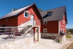 Casas luxuosas da família e céu azul Imagens de Stock