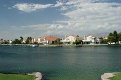 Casas luxuosos da parte dianteira da água imagem de stock