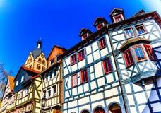 Casas madeira-moldadas históricas na cidade Gelnhausen de Barbarossa, o centro geográfico da União Europeia em 2010, Alemanha Foto de Stock