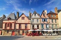 Casas medievais coloridas em Vannes Brittany France foto de stock