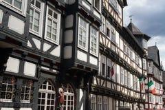 Casas medievais do timberframe no centro histórico de Marburg Foto de Stock