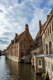 Casas medievais sobre canais de Bruges, Begium Fotografia de Stock Royalty Free