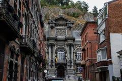 Casas medievais velhas em uma rua estreita contra uma montanha fotografia de stock royalty free