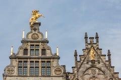 Casas medievales con los ornamentos del tejado en Amberes, Bélgica Imágenes de archivo libres de regalías