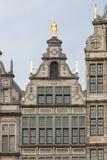 Casas medievales con los ornamentos del tejado en Amberes, Bélgica Imagen de archivo libre de regalías