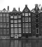 Casas medievales del canal en Amsterdam en blanco y negro Fotografía de archivo