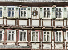 Casas medievales enmaderadas viejas en Butzbach, Alemania debajo de SK azul Imagen de archivo libre de regalías