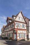 Casas medievales enmaderadas viejas en Butzbach, Alemania debajo de SK azul fotos de archivo libres de regalías