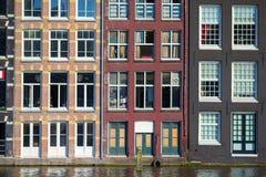 Casas medievales holandesas tradicionales en Amsterdam Imagenes de archivo